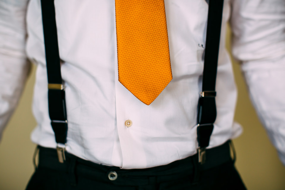 cravatta gialla e bretelle matrimonio