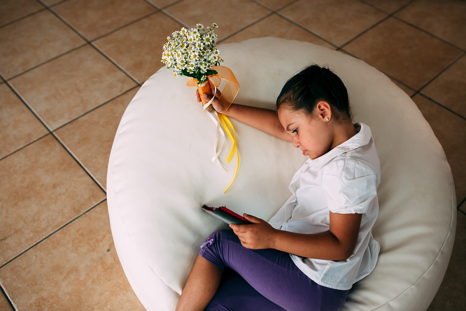 bambina con bouquet di margherite in mano