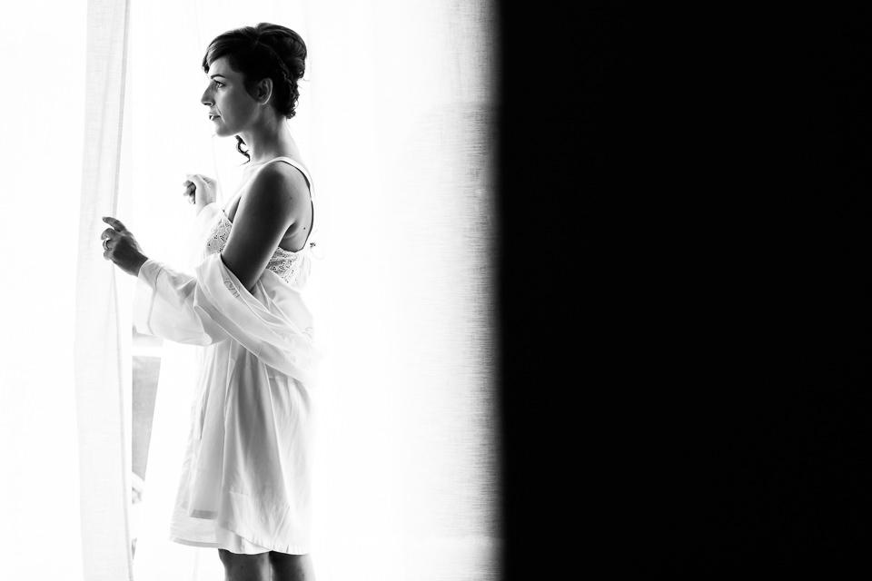 sposa in vestaglia bianca