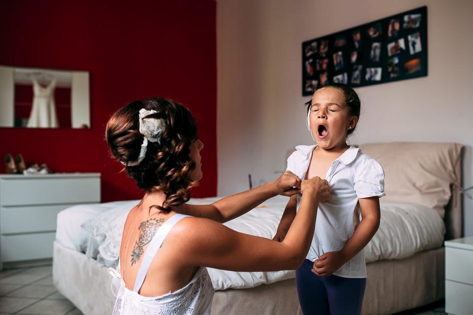 sposa tatuata veste la bambina