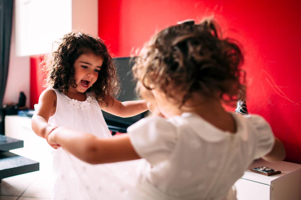 bambine in bianco giocano