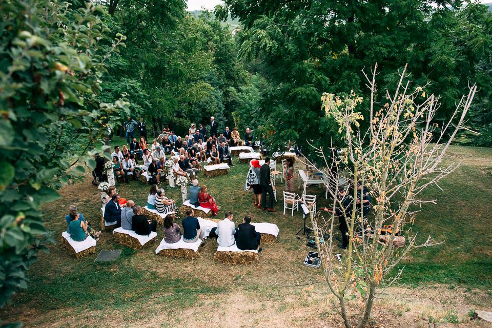 cerimonia all'aperto con sedute di fieno