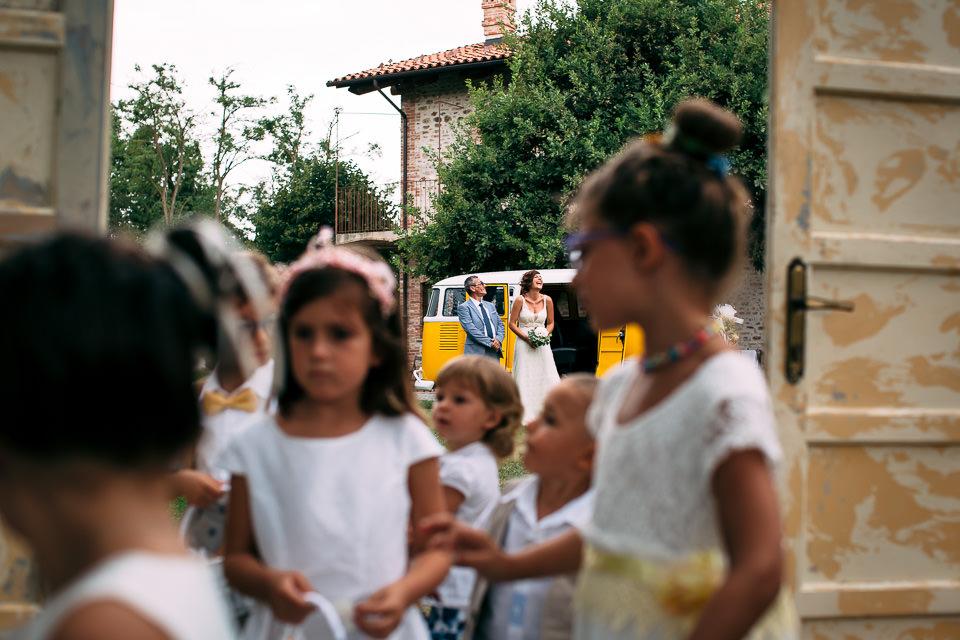 bambini al matrimonio in abito bianco