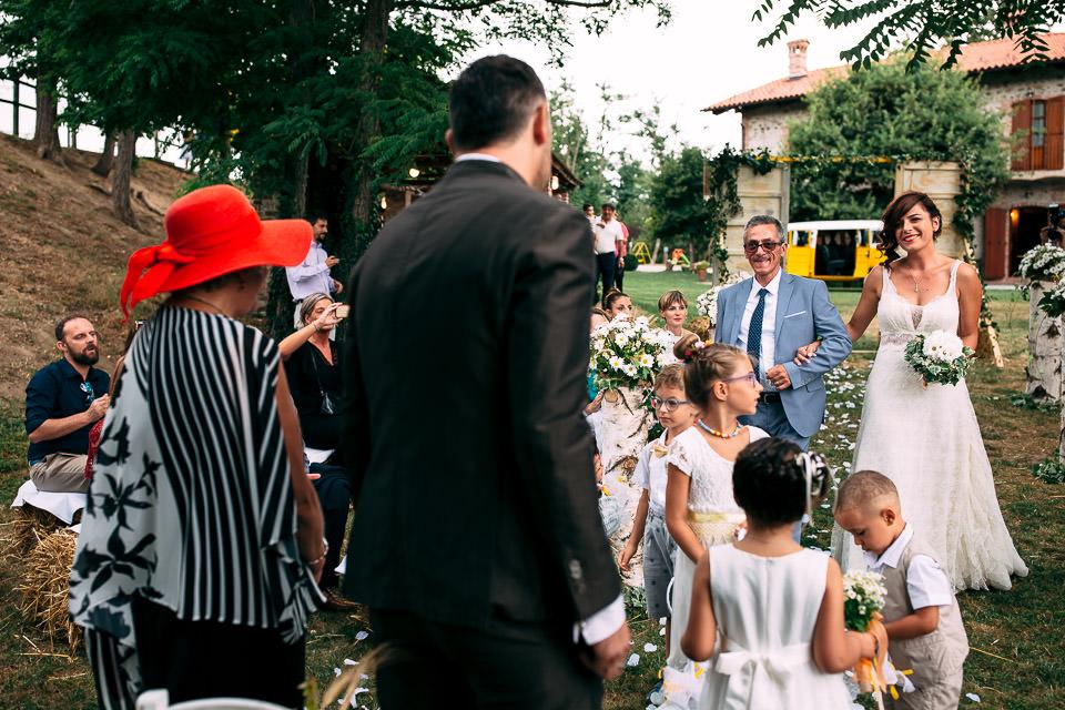 elegante sposa con il padre incontra il suo futuro sposo