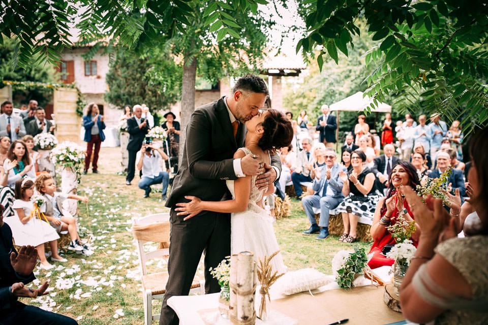 finalmente sposi, bacio dopo il fatidico si