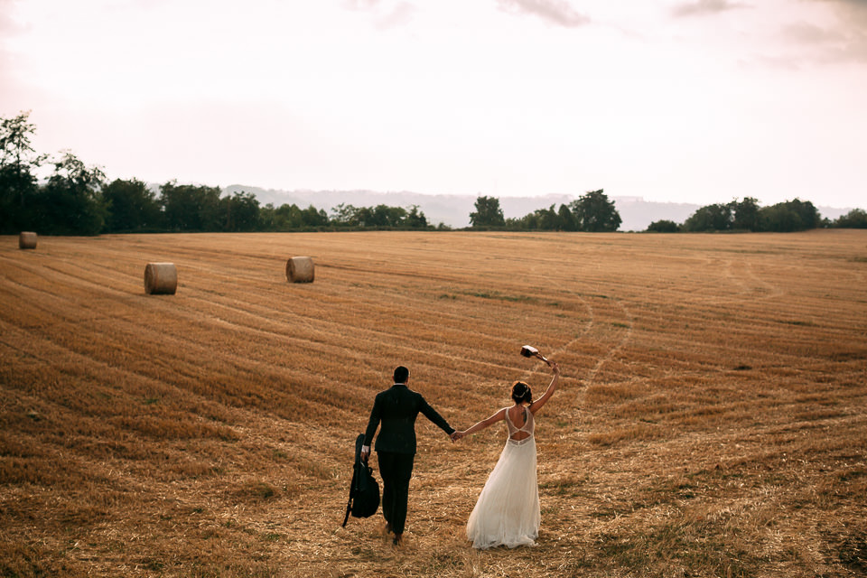 sposi in un campo di grano d'estate