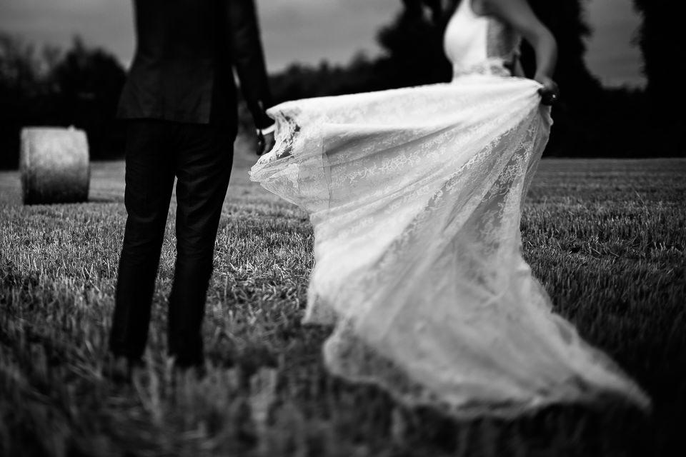 strascico vintage bianco di un vestito da sposa un campo di grano