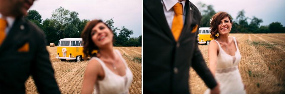volswagen t1 i un campo di grano a farigliano durante i ritratti di coppia matrimonio