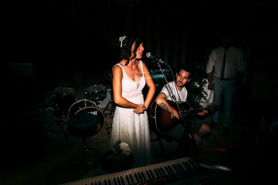 sposa in abito vintage canta serenata allo sposo