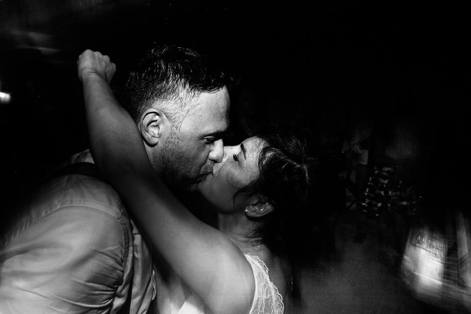 bacio appassionato di sposi cuneo