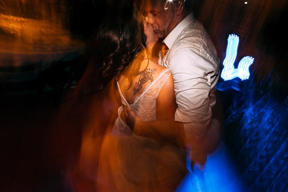 giovane sposa tatuata che balla ubriaca