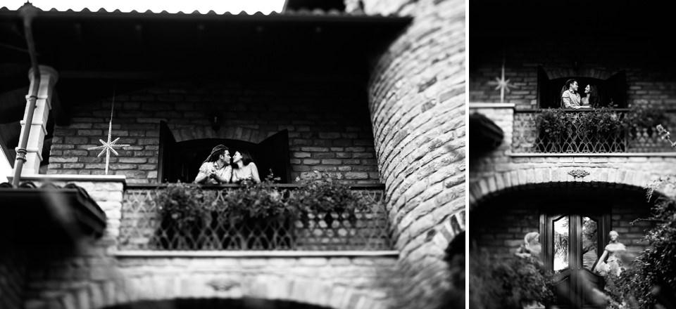 coppia di fidanzati si bacia alla finestra di casa