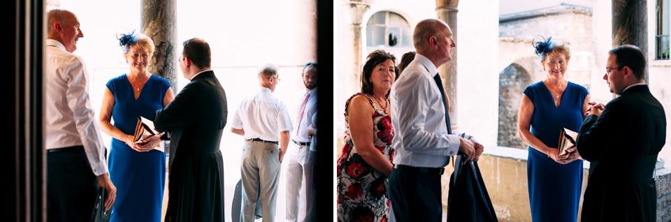 invitati al matrimonio davanti alla chiesa di sirmione
