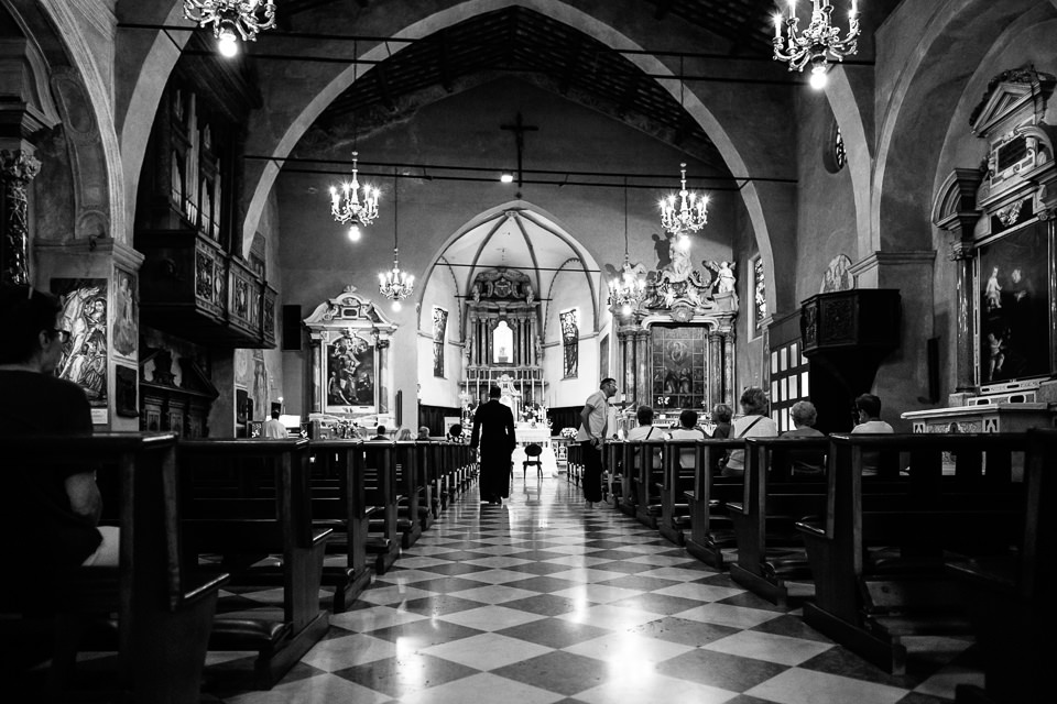 interno chiesa di sirmione prima del matrimonio