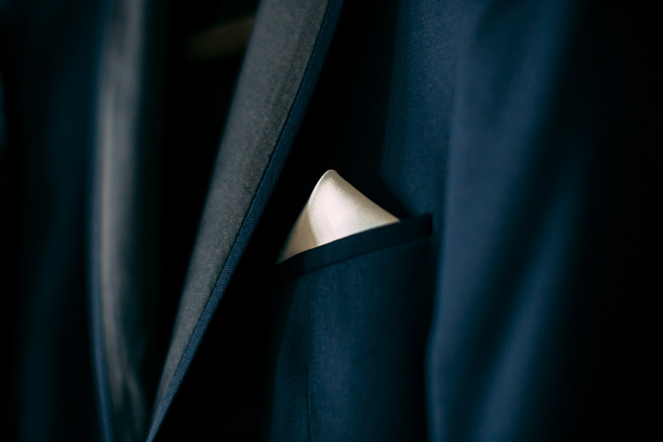 dettaglio giacca blu da sposo