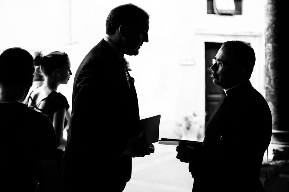 lo sposo parla con il parroco