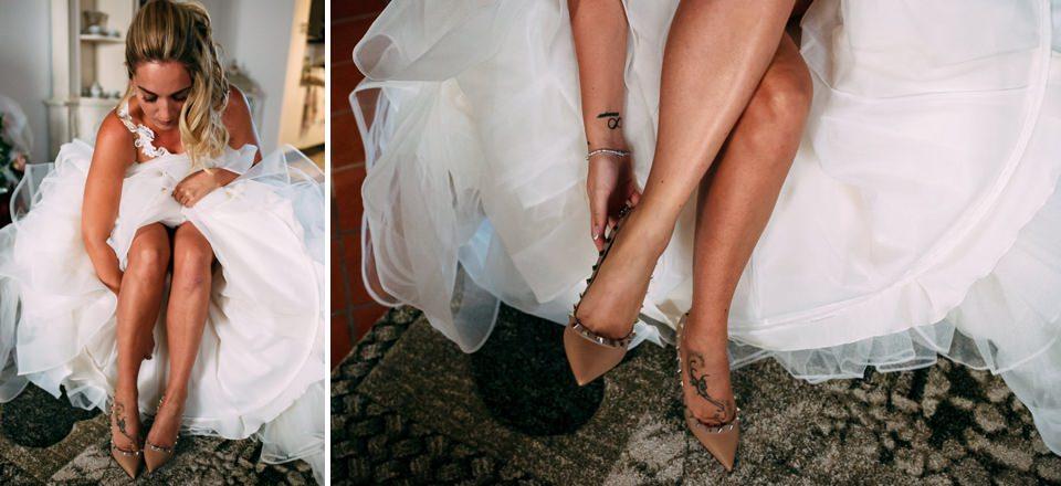 elegante sposa in abito bianco indossa scarpe Valentino