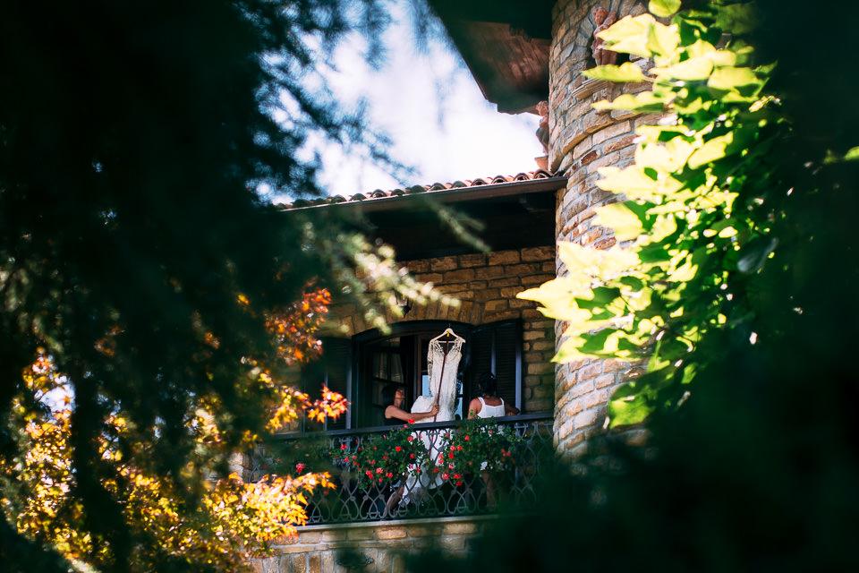 abito bianco della sposa appeso nel verde