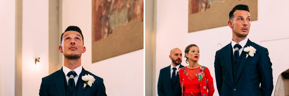 sposo emozionato attende la sposa all'altare