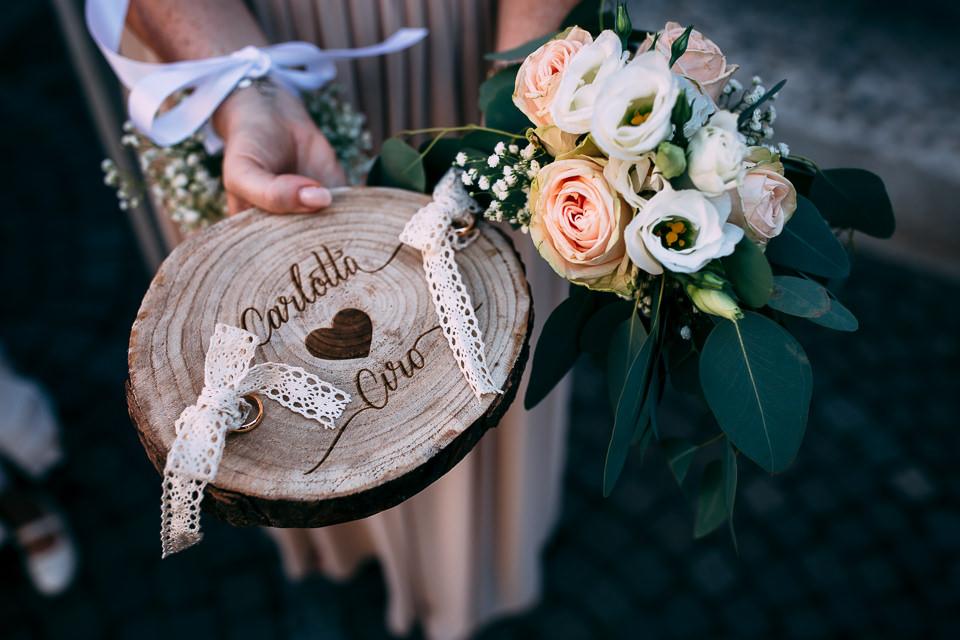fedi nuziali in oro bianco e bouquet di rose