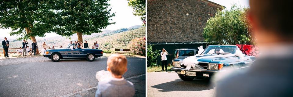 arrivo in chiesa della sposa in auto blu decappottabile, matrimonio in toscana