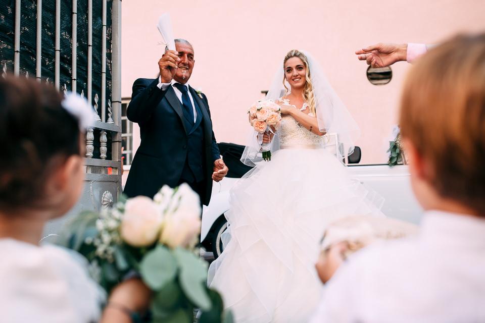 arrivo in chiesa della sposa in abito bianco