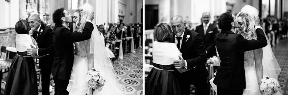 sposo alza il velo alla sposa