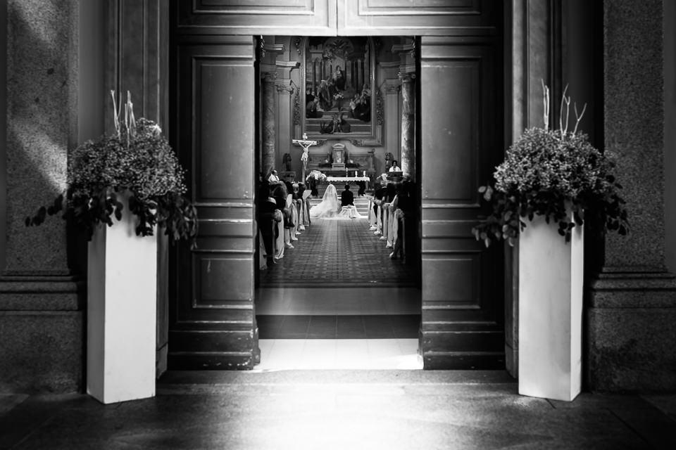 sposi all'altare visti da fuori della chiesa
