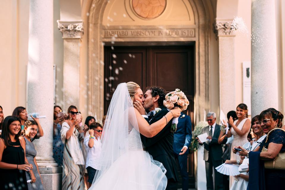 bacio fuori dalla chiesa degli sposi