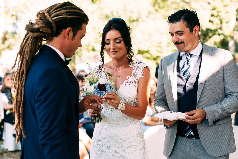 scambio degli anelli in cerimonia all'aperto a villa Scati acqui terme