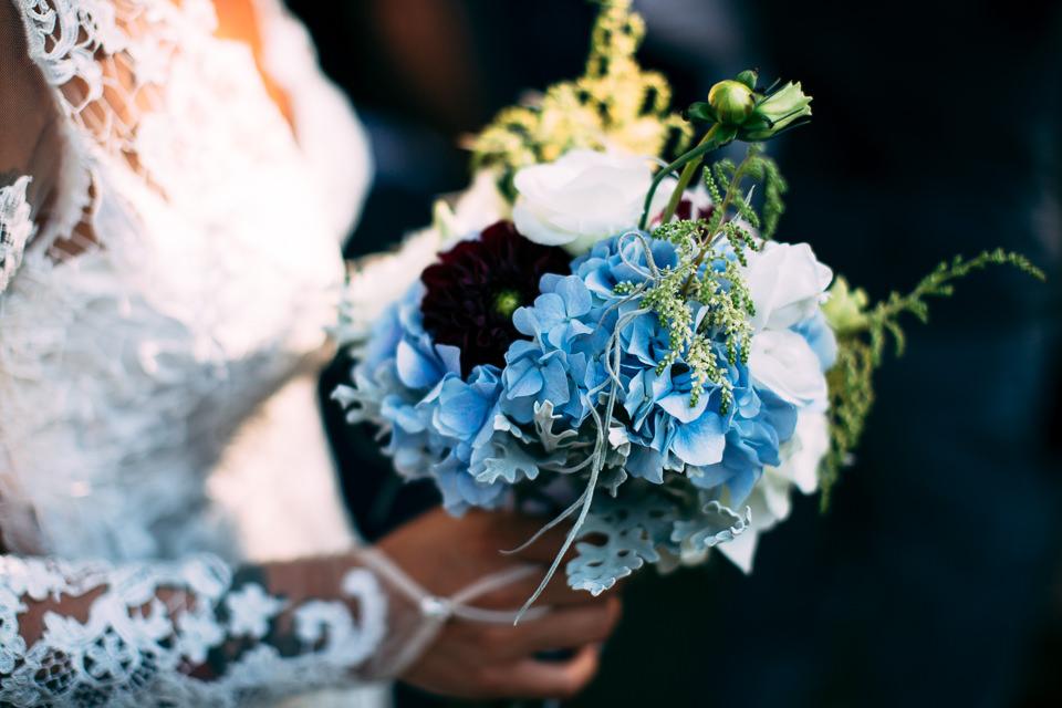 bouquet azzurro verde e bianco della sposa