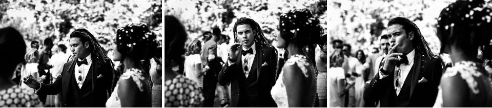 ritratto dello sposo coi dreadlocks che fuma una sigaretta