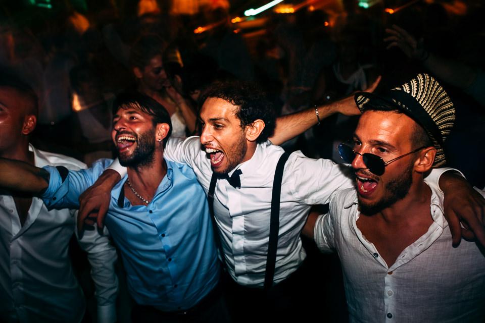 sposo balla con amici