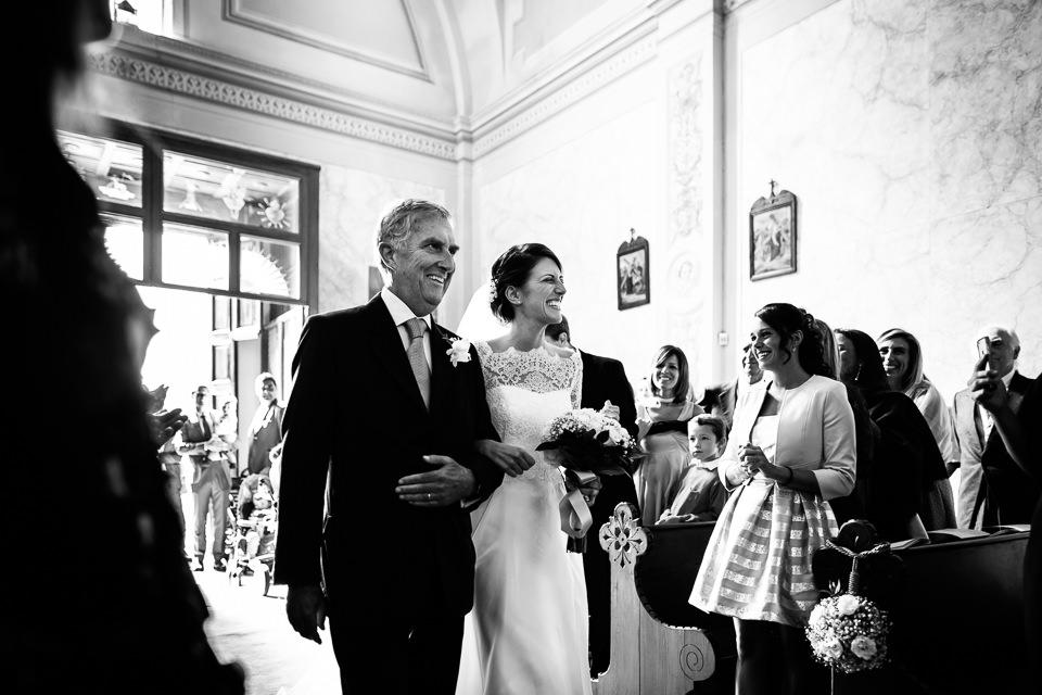 elegante sposa in elegante abito bianco