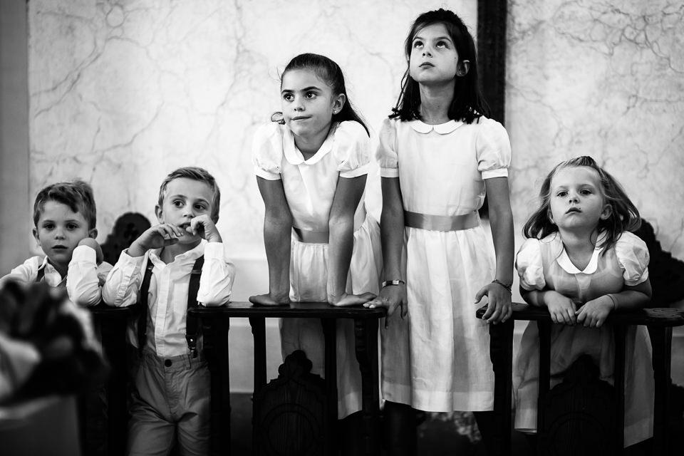 foto divertente di bambini in chiesa durante un matrimonio