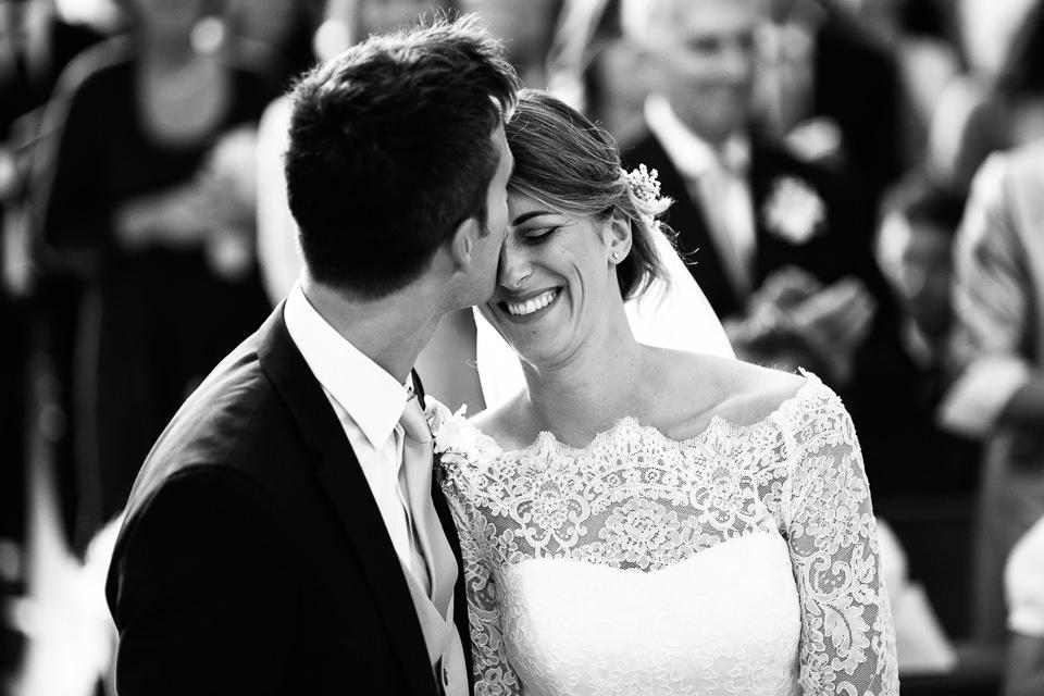sposini si baciano in chiesa dopo il si