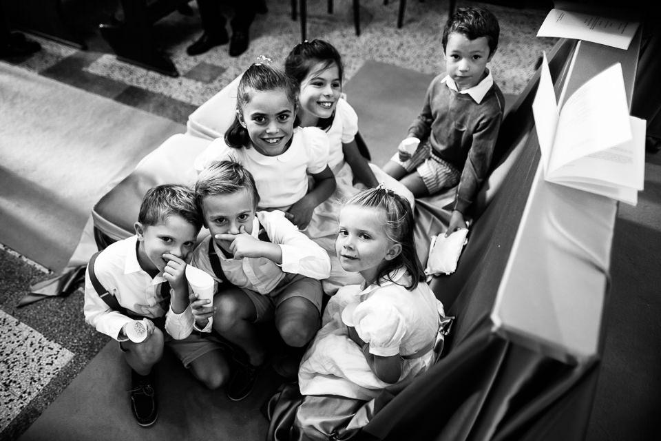 bambini in chiesa dopo un matrimonio