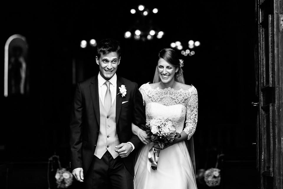 sposi escono dalla chiesa