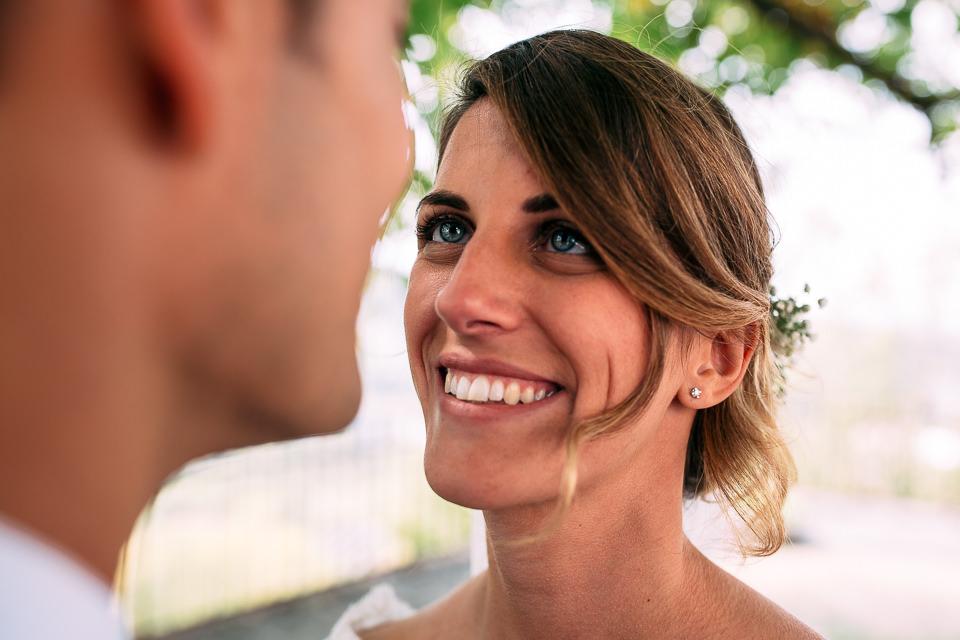 sposa con occhi azzurri e capelli biondi