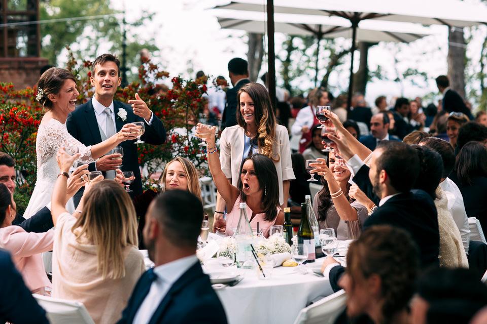 brindisi degli sposi durante pranzo all'aperto
