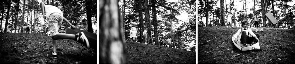 bambini giocano nel bosco durante un matrimonio