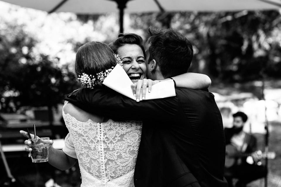abbraccio emozionato durante un matrimonio