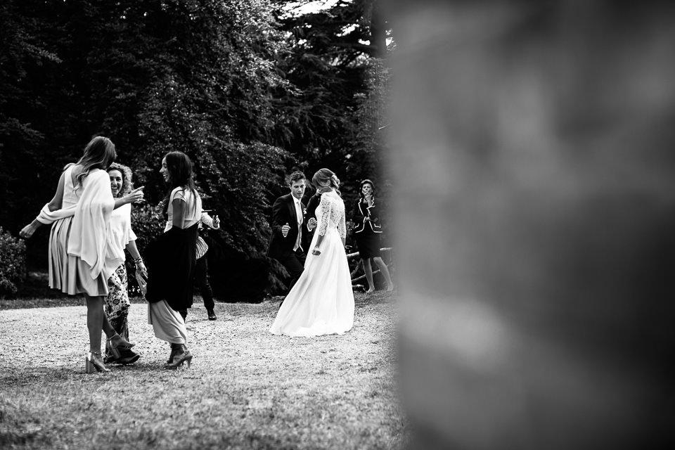 sposi festeggiano ballando