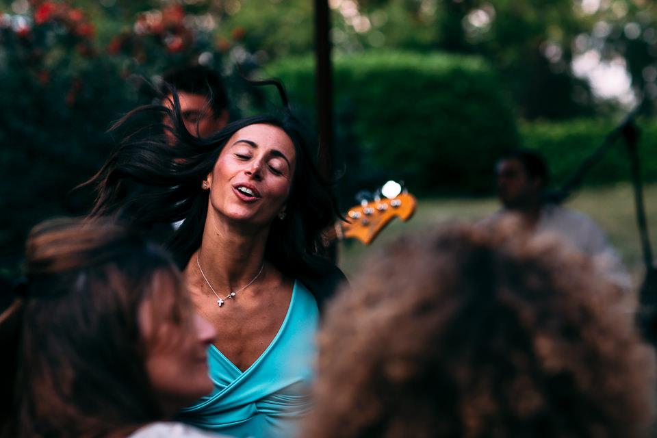 bella ragazza che balla ad un matrimonio