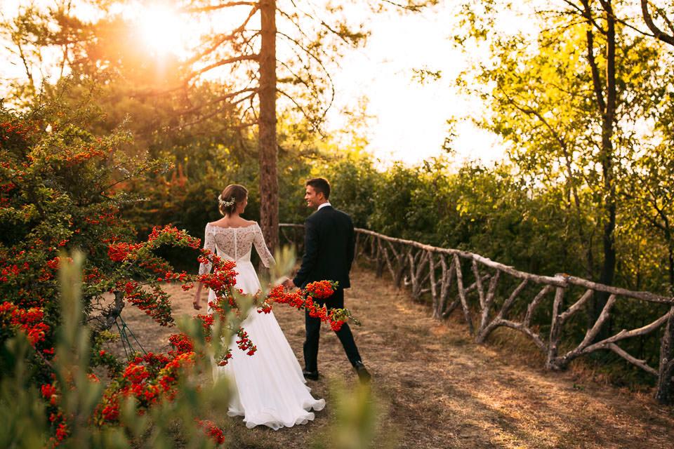 due eleganti sposi passeggiano al tramonto