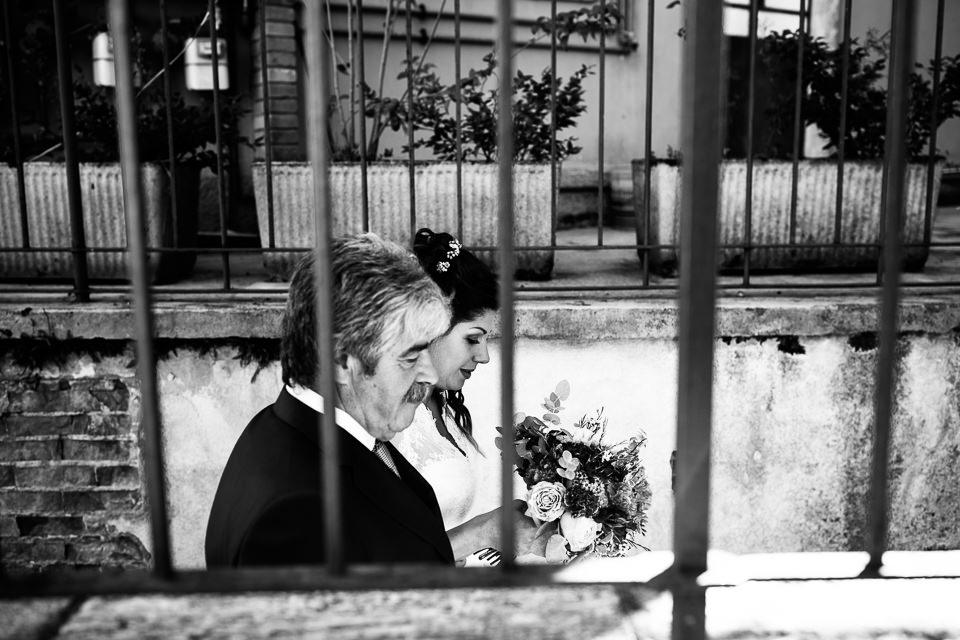 il padre della sposa accompagna la figlia all'altare