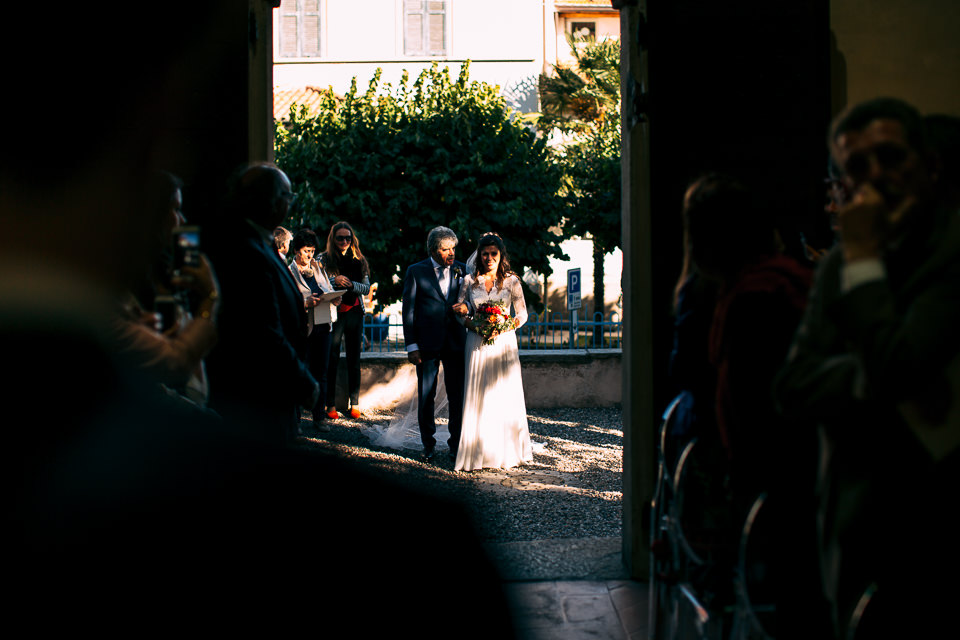 elegante sposa con il padre fuori dalla chiesa