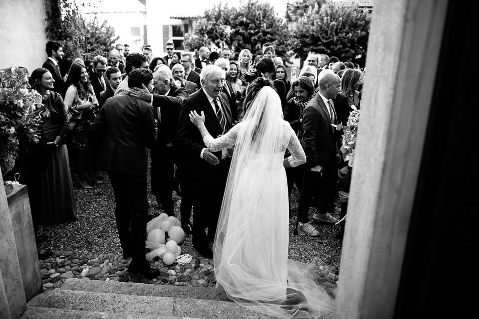 sposa con un lungo velo bianco