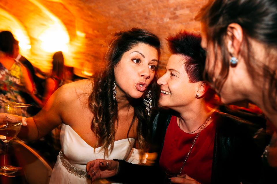 la sposa con le amiche di una vita