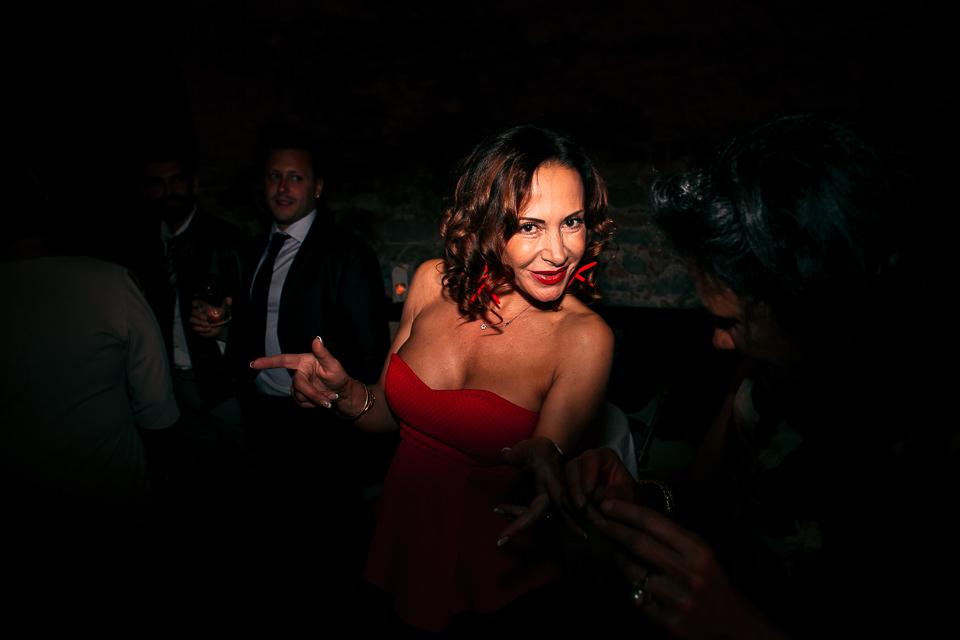 invitata a matrimonio con vestito rosso molto scollato